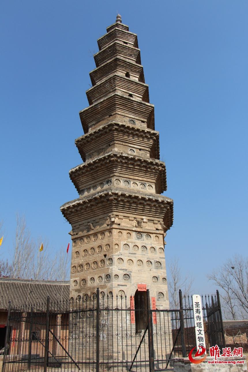 圣寿寺塔高22米,底座周长28.4米,为平面对称六角,九级密檐式结构.