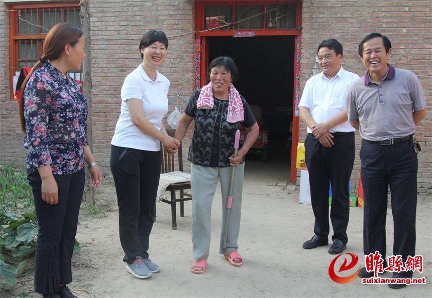 吴海燕检查指导脱贫攻坚档卡规范整改工作并走访慰问困难群众
