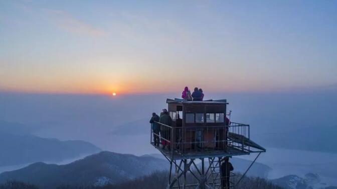 ▲起大早登山,迎接第一缕阳光。图片来源:视觉中国