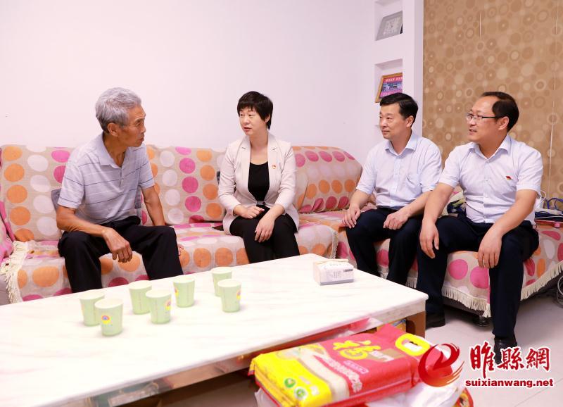 """吴海燕""""七一""""走访慰问优秀老党员和驻村第一书记"""